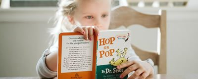 Child reading Hop in Pop
